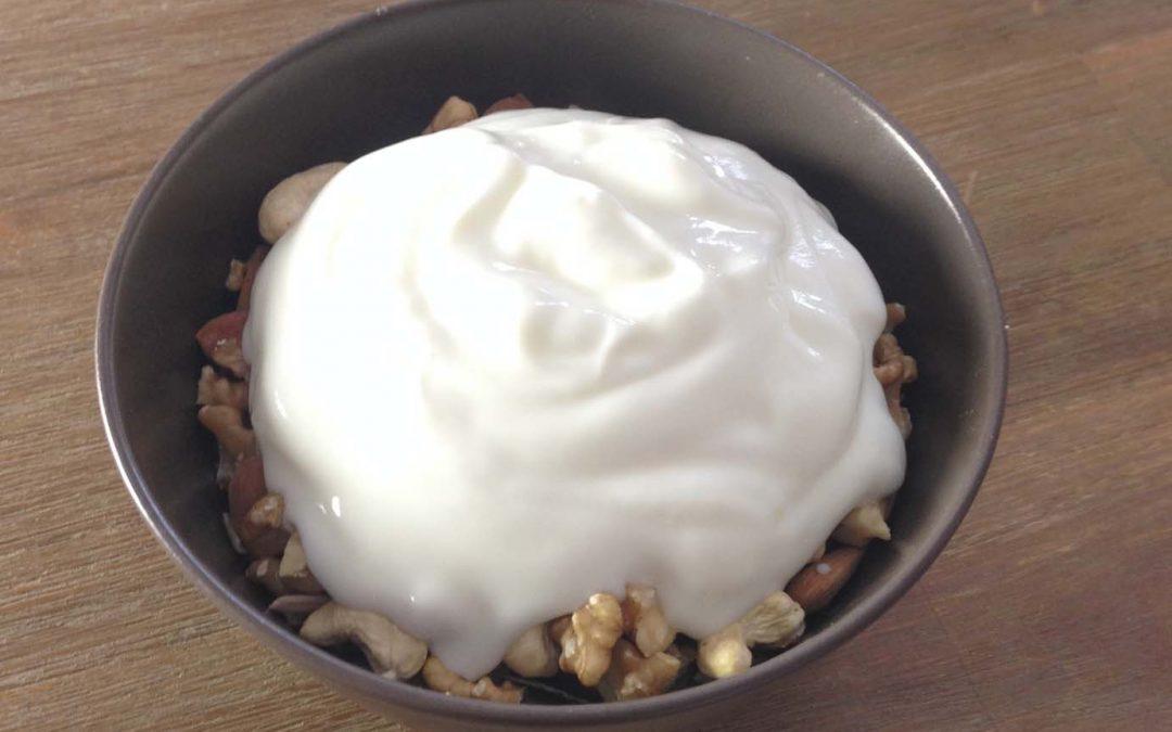 Kohlenhydratarmes Frühstück: Joghurt mit Nüssen